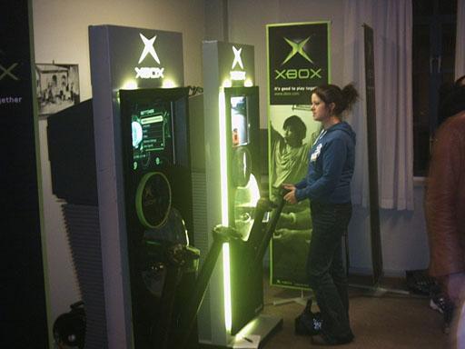 Der spilles her OutRun2 på en Xbox-stander udlånt af Microsoft.