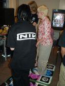 Der danses lystigt i Dance Dance Revolution Max til PlayStation 2. Ikaruga i baggrunden.