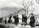 Hovedpersonerne til fods med Mt. Fuji i baggrunden.