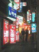 I Seoul hænger skiltene tit i flere lag og etager.