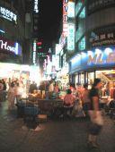 Myongdong er fyldt med aften-shoppere helt indtil kl. 22.